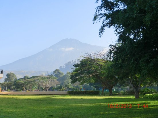 Mount Meru Hotel: il Mount Meru visto dallo splendido giardino dell'hotel