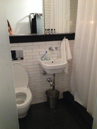 Pod 39 Hotel: Cuco, la ducha no da a la habitación es la puerta del baño la que sí es transparente