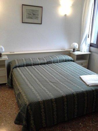 Riviera dei Dogi Hotel : Lit-chambre