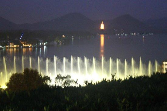 Hyatt Regency Hangzhou: ラウンジのガーデンからの噴水ショー(西湖)