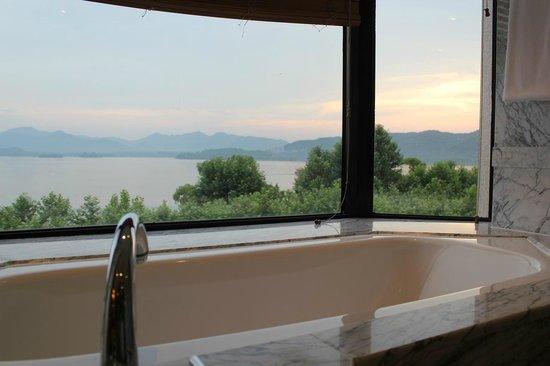 Hyatt Regency Hangzhou: スイートのバスルームからの西湖の眺め