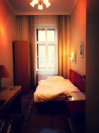 Hotel Rustler: シャワーあり、トイレ共用。シングルルーム。