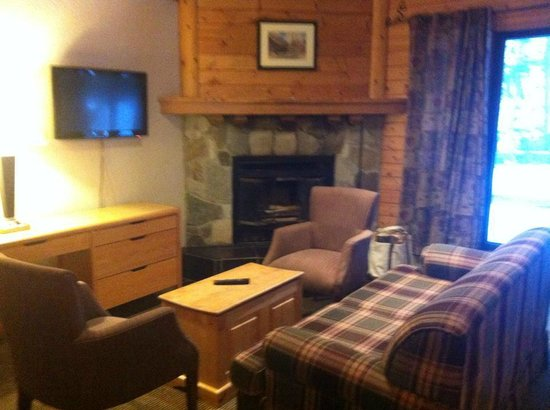 Bear Hill Lodge: Sitting area in suite 24