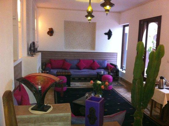 Riad Charme d'Orient: Coin salon dans la salle de déjeuner