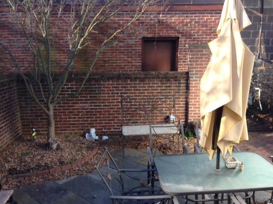 Richard Johnston Inn: Private courtyard outside William Riley Suite