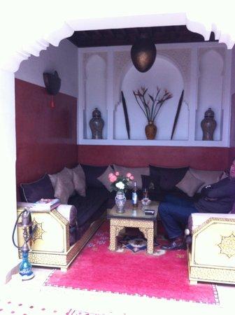 Riad Charme d'Orient : Coin salon dans le halle au rez