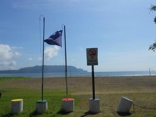 Cabinas Cristina Playa Tambor: The Blue Flag means water is clean in Bahia Tambor