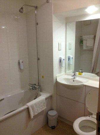 Premier Inn Rotherham East (M18/M1) Hotel: Typical Premierinn bathroom