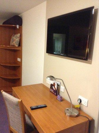 Premier Inn Rotherham East (M18/M1) Hotel: Good size TV