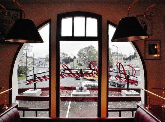La Brasserie du Boulingrin: Dal tavolo, la vista spazia sul mercato al coperto