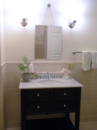 Esplanade Hotel: Renovated Restroom