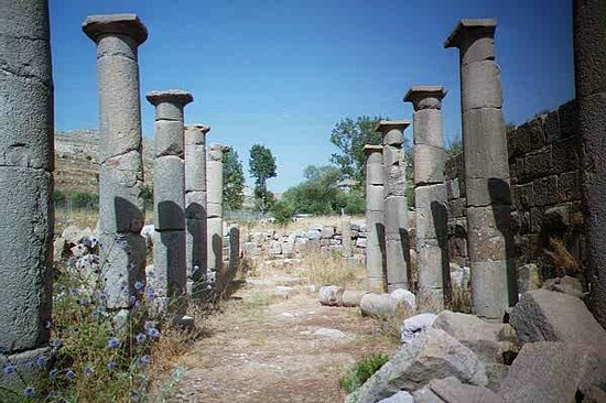 Kfardebian, Líbano: The orientation of the hypostile/collonades leads some to believe that it was a communication to