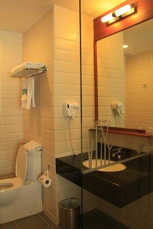 Deevana Plaza Krabi Aonang: Un baño con todas las comodidades