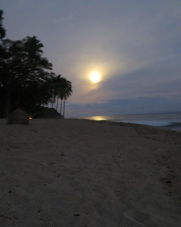 Xinalani Retreat : Full moon setting