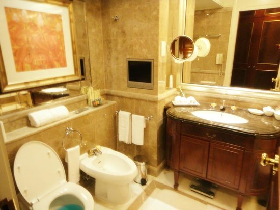Island Shangri-La Hong Kong : Marble bathroom with TV
