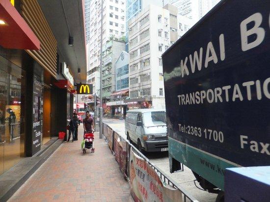 Ovolo Noho: Main road to Hotel