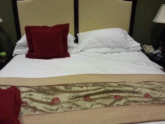 Willard InterContinental Washington: broken and barely made bed