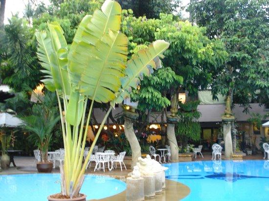 Aonang Princeville Resort: Detrás de la pileta, la zona del desayuno.
