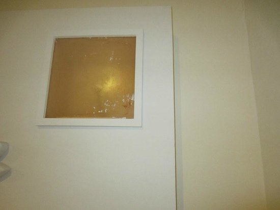 Viva Wyndham Maya : Paint stains on glass covering the light