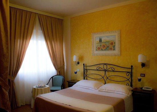 Camera dei girasoli s bild von hotel tre stelle for Hotel tre stelle barcellona