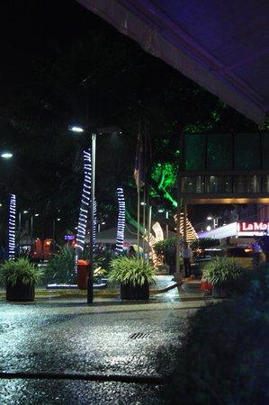 Mercure Rio de Janeiro Copacabana : La noche carioca en la puerta del hotel