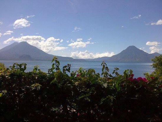 Hotel Posada de Don Rodrigo Panajachel: Lake Atitlan view from the garden area outside our room.