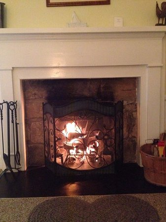 Inn at Gristmill Square: The fireplace in room