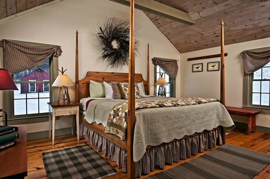 Inn at Silver Maple Farm: Enjoy a comfortable four-poster bed in The Pines Suite.