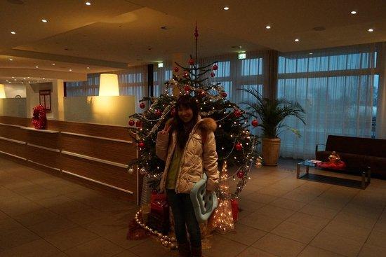 Azimut Hotel Munich City East: こじんまりとしたロビーにクリスマスツリー