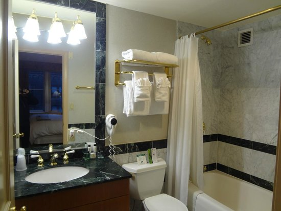 The Manhattan Club: Main bathroom