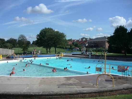 Street, UK: Childrens pool, main pool and splash area with fountains and slide