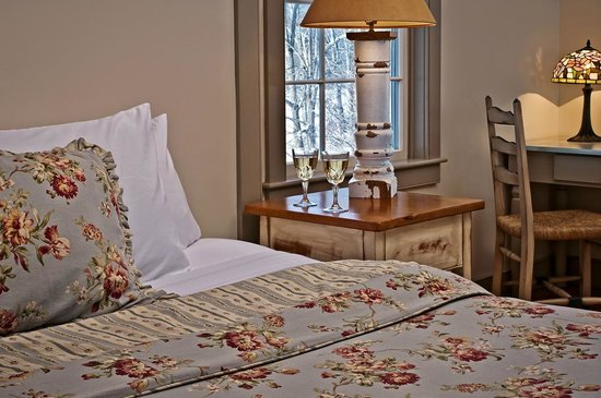 Inn at Silver Maple Farm : The Loft Auite has a king-sized bed, fireplace, and large sofa.