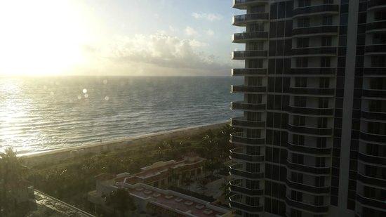 Miami Beach Resort and Spa : Vista do quarto para a praia