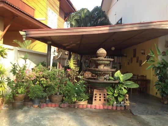 The Breakfast Hut: Самый приятный столик - сразу за фонтаном, в зелени