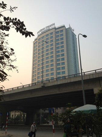 Muong Thanh Hanoi Hotel: Front of Hotel from across the street (motorway is right there!)