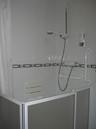 The Strand Hotel: Accessible Bathroom