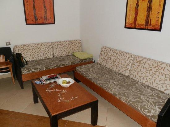 HL Miraflor Suites: Wohnzimmer mit kleiner Küche