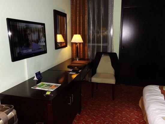 Al Diar Regency Hotel : study table and flat tv