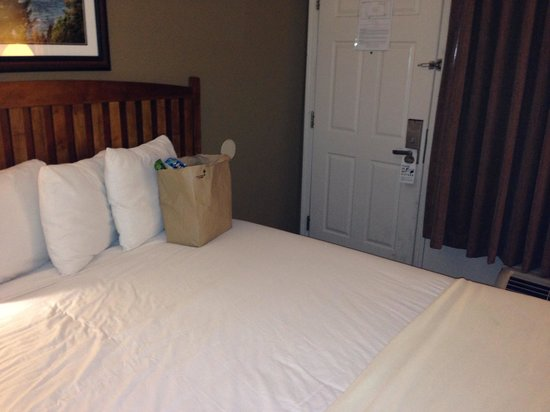Park Tahoe Inn : One step to the door from the bed. Very small superior room