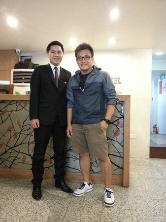 Hanoi A1 Hotel: Recep area (pic with James)