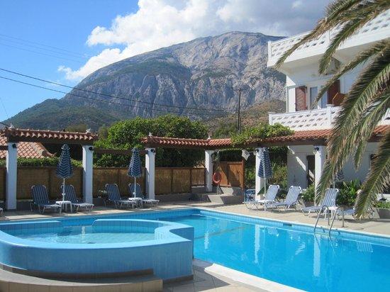 Votsalakia Hotel: бассейн и кусочек главного корпуса