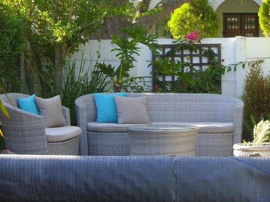 GUBAS DE HOEK meet eat sleep: Pool / garden furniture