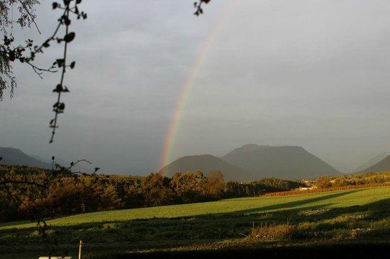 Zauscherhof: Regenbogen über dem Mieminger Plateau