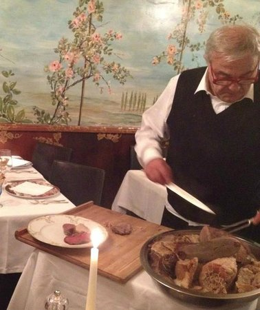 Ristorante Tre Marchetti: Friendly manager carving the meats to request