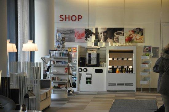 Scandic Berlin Potsdamer Platz: Mini tienda con cosas básicas