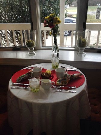 Country Villa B&B Inn & Day Spa: Breakfast Seating on our Birthday