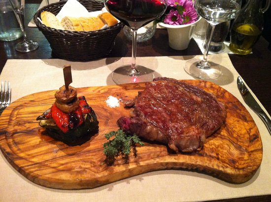 Restaurant Amfora: Ribe eye steak served on custom olive wood made plate