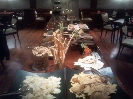 Melia White House : Evening snacks in The Level lounge
