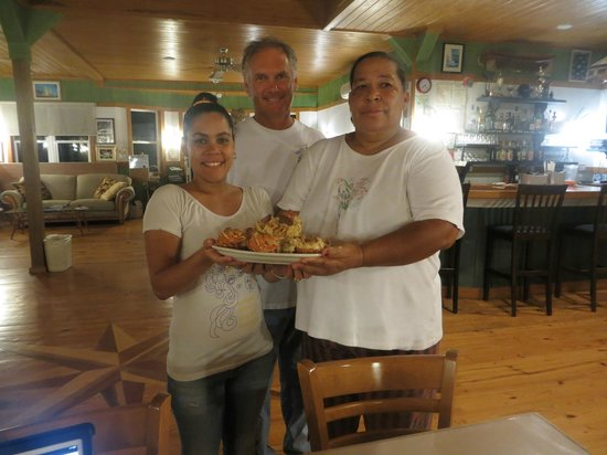 Long Island Breeze Resort: Lobster Dinner!  Jette, Mike & Maxine (left to right) prepared a delicious meal for us!