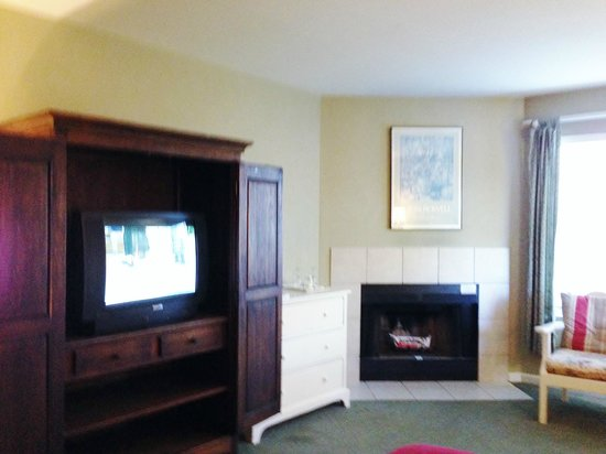 Cambria Pines Lodge: Old TV and Dresser-